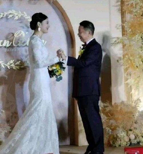 """Cưới ông trùm khoáng sản Trung Quốc U60, cô dâu kém 25 tuổi tin """"chân ái"""" sẽ vượt qua gièm pha - Ảnh 3"""