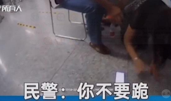 """Con trai bị bắt vì sàm sỡ người khác, mẹ quỳ lạy xin tha: """"Do cháu 37 tuổi chưa có người yêu"""" - Ảnh 2"""