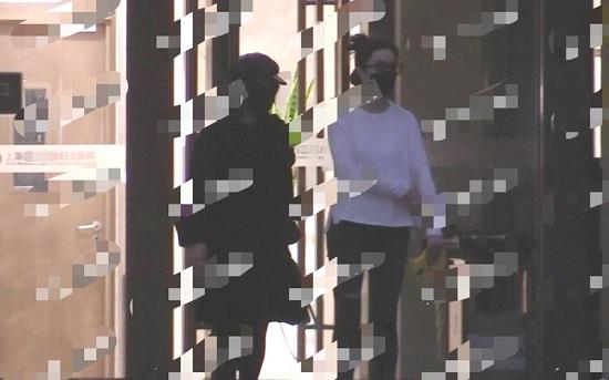 Phạm Băng Băng lộ hình ảnh tay ôm bụng, bước đi thận trọng ở bệnh viện phụ sản - Ảnh 1
