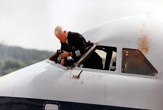 Vụ tai nạn British Airways: Rơi kính chắn gió, cơ trưởng bị hút ra khỏi cửa sổ ở độ cao 5.200m  - Ảnh 1
