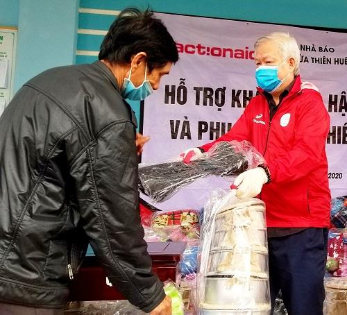 Trao 150 suất quà đến người dân gặp khó khăn do mưa lũ ở Huế - Ảnh 2
