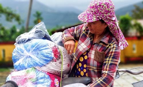 Trao 150 suất quà đến người dân gặp khó khăn do mưa lũ ở Huế - Ảnh 3