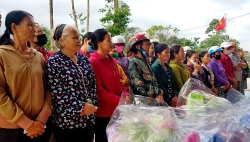 Trao 150 suất quà đến người dân gặp khó khăn do mưa lũ ở Huế - Ảnh 4
