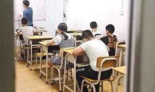 Chồng của giáo viên chủ nhiệm hành hung phụ huynh vì bị lộ lớp học thêm - Ảnh 2