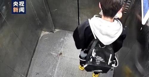 Bé trai 13 tuổi bị kẹt trong thang máy, bình tĩnh làm bài tập về nhà khiến cư dân mạng bái phục - Ảnh 1
