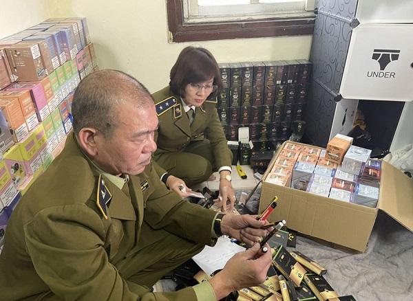 Hà Nội: Thu giữ hơn 10.000 qua bóng cười cùng hàng nghìn điếu thuốc lá điện tử - Ảnh 1
