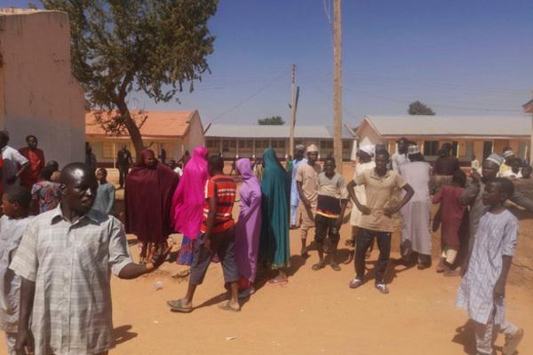 Vụ 400 học sinh bị bắt cóc ở Nigeria: Giải cứu được gần 350 người - Ảnh 1