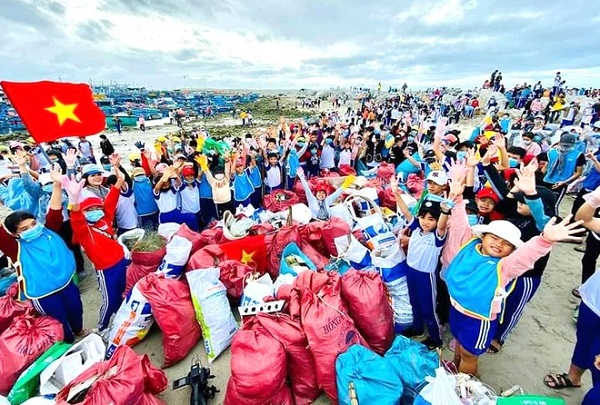 Hơn 8.600 người tham gia dọn sạch rác thải trên bờ biển Ninh Thuận - Ảnh 1