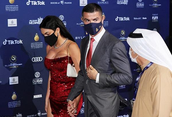 """Georgina nóng bỏng sánh bước cùng Ronaldo trong ngày nhận giải """"Cầu thủ xuất sắc nhất thế kỷ"""" - Ảnh 4"""