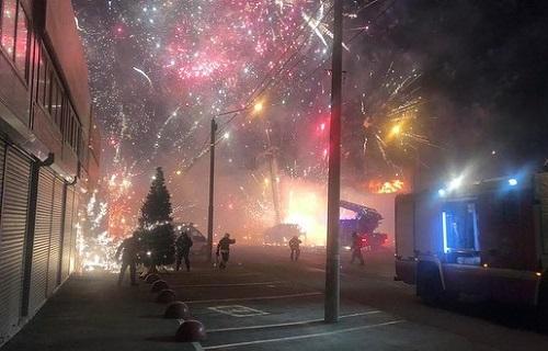 Kho pháo hoa bị cháy, sáng rợp trời như đêm giao thừa ở Nga - Ảnh 1
