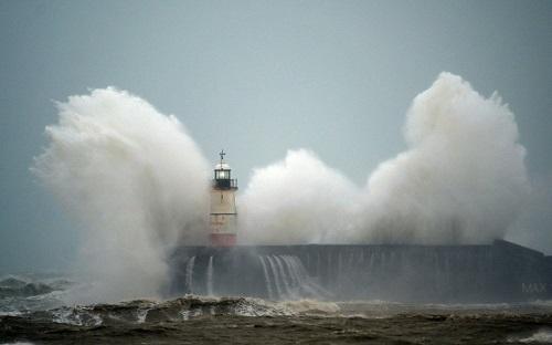 Hơn 300 hành khách hoảng loạn khi máy bay chao đảo giữa bầu trời không thể hạ cánh vì bão Ciara - Ảnh 1