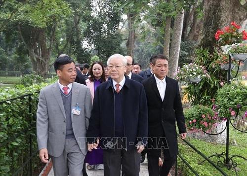 Tổng Bí thư, Chủ tịch nước Nguyễn Phú Trọng dâng hương tưởng niệm Chủ tịch Hồ Chí Minh tại Nhà 67 - Ảnh 2