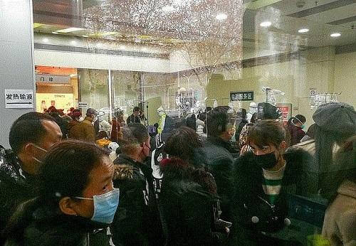 Muôn vàn khó khăn bủa vây cuộc sống người dân Vũ Hán trong vùng tâm dịch corona - Ảnh 2