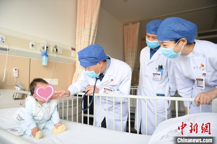 Mẹ may vá lúc trông con, bé trai 15 tháng tuổi bị kim dài 4cm đâm vào tim - Ảnh 1