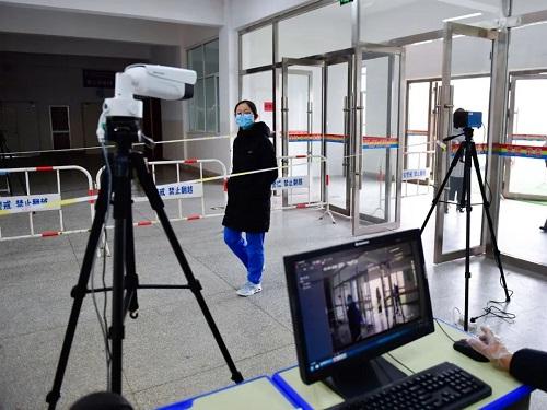 Vượt qua đỉnh dịch Covid-19, Trung Quốc mở cửa trường học chào đón học sinh quay trở lại - Ảnh 1