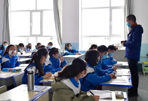 Vượt qua đỉnh dịch Covid-19, Trung Quốc mở cửa trường học chào đón học sinh quay trở lại - Ảnh 4