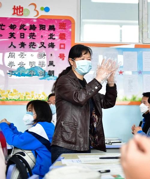 Vượt qua đỉnh dịch Covid-19, Trung Quốc mở cửa trường học chào đón học sinh quay trở lại - Ảnh 5
