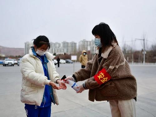Vượt qua đỉnh dịch Covid-19, Trung Quốc mở cửa trường học chào đón học sinh quay trở lại - Ảnh 2