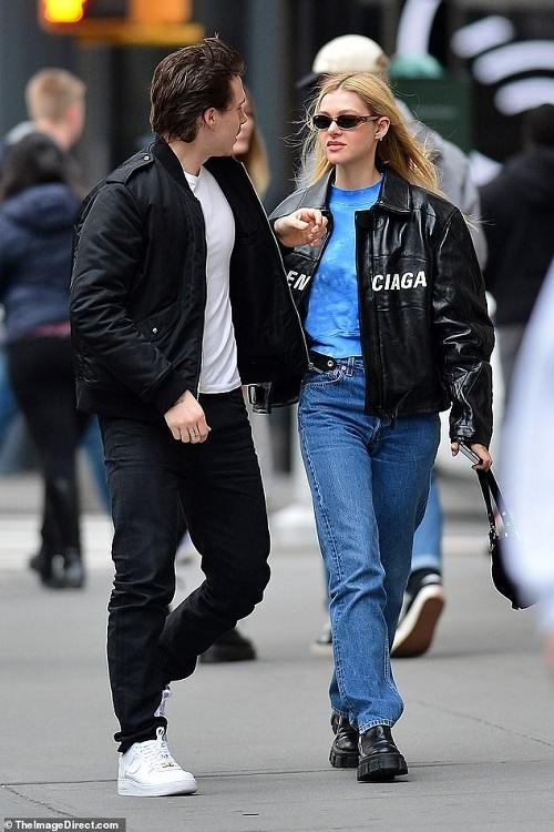Cậu cả của Beckham vô tư hôn bạn gái trên phố bất chấp Covid-19 đang hoành hành tại Mỹ - Ảnh 2