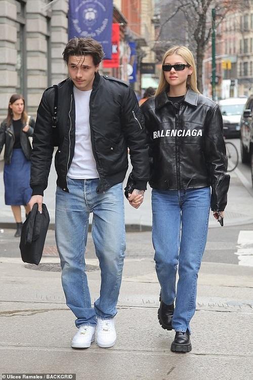 Cậu cả của Beckham vô tư hôn bạn gái trên phố bất chấp Covid-19 đang hoành hành tại Mỹ - Ảnh 4