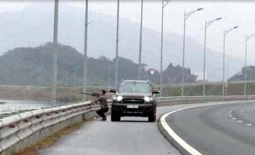 Tài xế dừng xe dùng súng bắn chim trên đường cao tốc  bị xử phạt - Ảnh 1