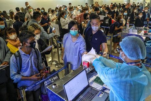 Sân bay Tân Sơn Nhất chật kín người nước ngoài trước giờ tạm dừng cấp thị thực - Ảnh 1
