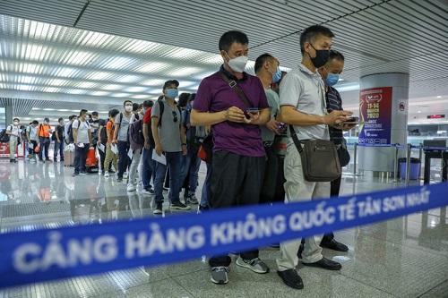 Sân bay Tân Sơn Nhất chật kín người nước ngoài trước giờ tạm dừng cấp thị thực - Ảnh 2