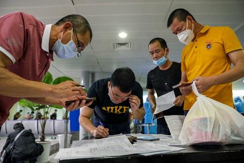 Sân bay Tân Sơn Nhất chật kín người nước ngoài trước giờ tạm dừng cấp thị thực - Ảnh 3