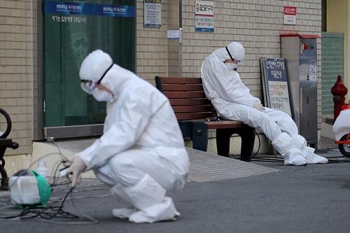 Hàn Quốc: Số ca nhiễm dịch Covid-19 không ngừng gia tăng, nhân viên y tế kiệt sức, nghỉ việc - Ảnh 1