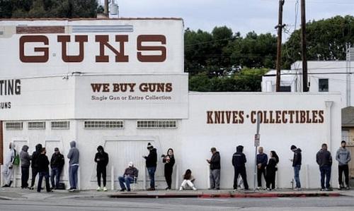 """Doanh số bán súng tăng mạnh tại Mỹ do người dân sợ Covid-19 gây ra """"bất ổn xã hội"""" - Ảnh 1"""