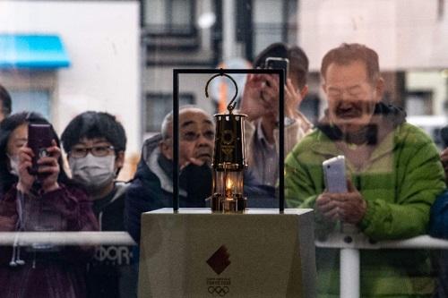 Người Nhật vẫn đổ xô đi đón ngọn lửa Olympic, ngắm hoa anh đào dù chưa hết dịch Covid-19 - Ảnh 3