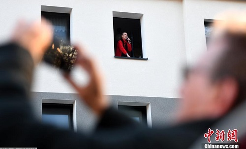 Nụ cười lạc quan bên khung cửa sổ của người dân châu Âu giữa đại dịch Covid-19 - Ảnh 2