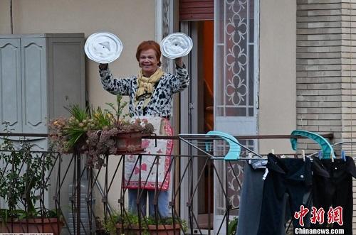 Nụ cười lạc quan bên khung cửa sổ của người dân châu Âu giữa đại dịch Covid-19 - Ảnh 4