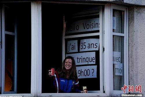 Nụ cười lạc quan bên khung cửa sổ của người dân châu Âu giữa đại dịch Covid-19 - Ảnh 7