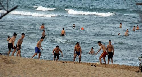 Phú Yên: Bất chấp lệnh cấm tụ tập, hàng trăm người vẫn đi tắm biển - Ảnh 3