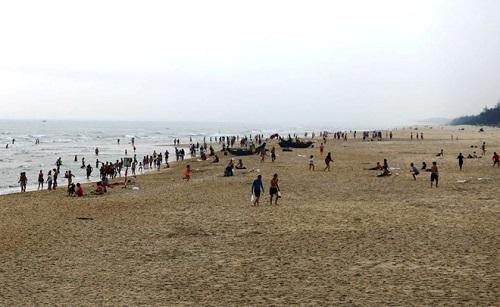 Phú Yên: Bất chấp lệnh cấm tụ tập, hàng trăm người vẫn đi tắm biển - Ảnh 4