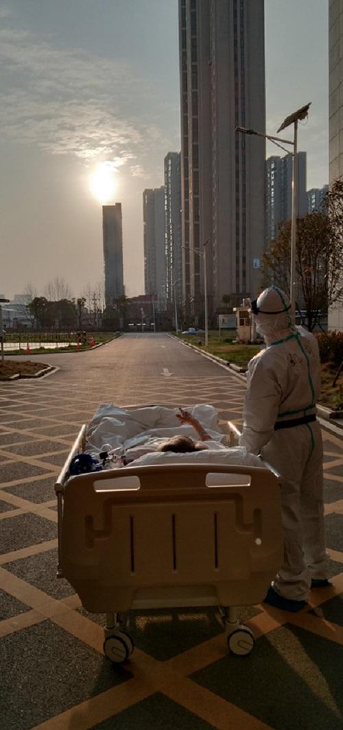 Xúc động với hình ảnh bác sĩ tuyến đầu cùng ngắm hoàng hôn với bệnh nhân ở Vũ Hán - Ảnh 1