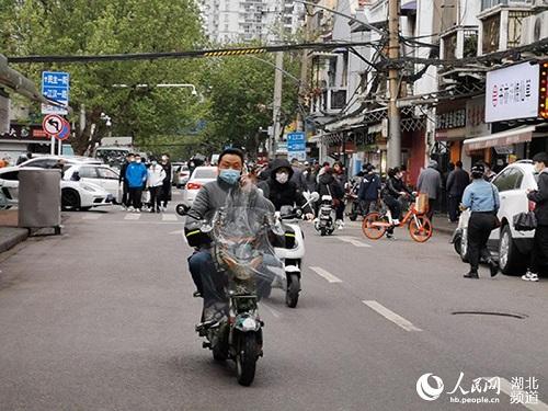 Ngày cuối tuần đầu tiên ở Vũ Hán sau khi dỡ bỏ phong tỏa: Giữ an toàn đã trở thành thói quen - Ảnh 1