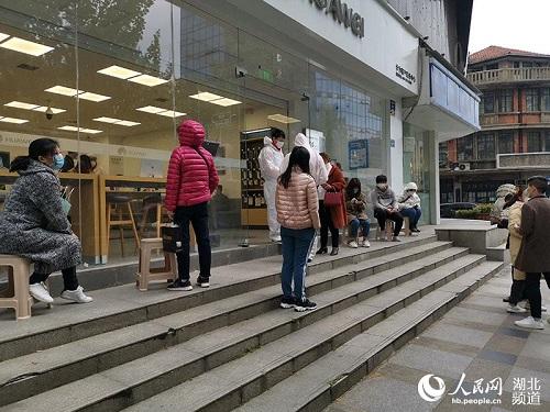 Ngày cuối tuần đầu tiên ở Vũ Hán sau khi dỡ bỏ phong tỏa: Giữ an toàn đã trở thành thói quen - Ảnh 4