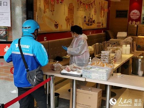 Ngày cuối tuần đầu tiên ở Vũ Hán sau khi dỡ bỏ phong tỏa: Giữ an toàn đã trở thành thói quen - Ảnh 5