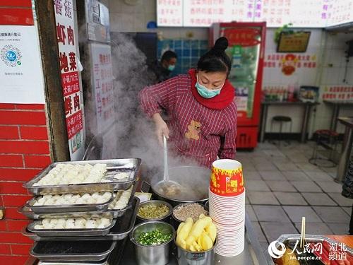 Ngày cuối tuần đầu tiên ở Vũ Hán sau khi dỡ bỏ phong tỏa: Giữ an toàn đã trở thành thói quen - Ảnh 6