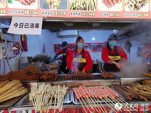 Ngày cuối tuần đầu tiên ở Vũ Hán sau khi dỡ bỏ phong tỏa: Giữ an toàn đã trở thành thói quen - Ảnh 7