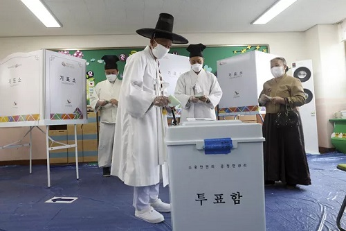 """Hàn Quốc chính thức tiến hành bầu cử Quốc hội dù dịch Covid-19 vẫn """"báo động đỏ""""  - Ảnh 1"""