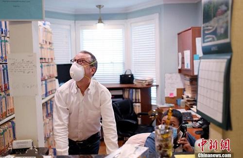 """Cuộc sống thường ngày của một bác sĩ ở New York trong """"cơn bão"""" Covid-19 quét qua - Ảnh 10"""