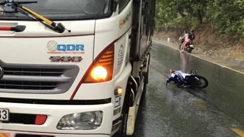 Kontum: Xe máy va chạm với xe tải, 2 người tử vong - Ảnh 1