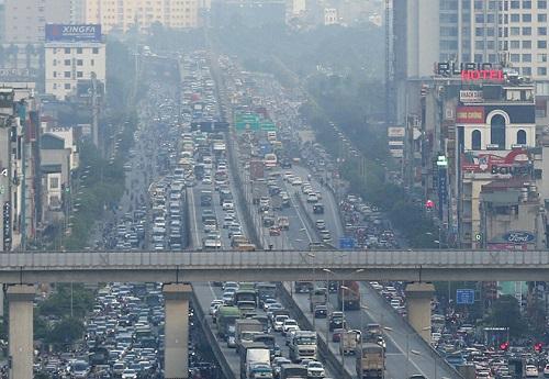 Hà Nội: Bến xe vắng vẻ hiếm thấy, cửa ngõ Thủ đô ùn tắc nghiêm trọng ngày 30/4 - Ảnh 1