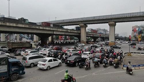 Hà Nội: Bến xe vắng vẻ hiếm thấy, cửa ngõ Thủ đô ùn tắc nghiêm trọng ngày 30/4 - Ảnh 3