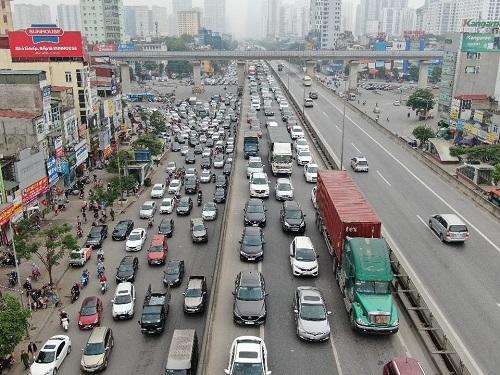 Hà Nội: Bến xe vắng vẻ hiếm thấy, cửa ngõ Thủ đô ùn tắc nghiêm trọng ngày 30/4 - Ảnh 4