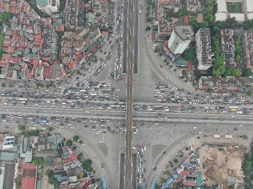 Hà Nội: Bến xe vắng vẻ hiếm thấy, cửa ngõ Thủ đô ùn tắc nghiêm trọng ngày 30/4 - Ảnh 5