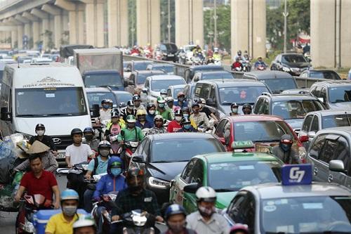 Hà Nội: Bến xe vắng vẻ hiếm thấy, cửa ngõ Thủ đô ùn tắc nghiêm trọng ngày 30/4 - Ảnh 2